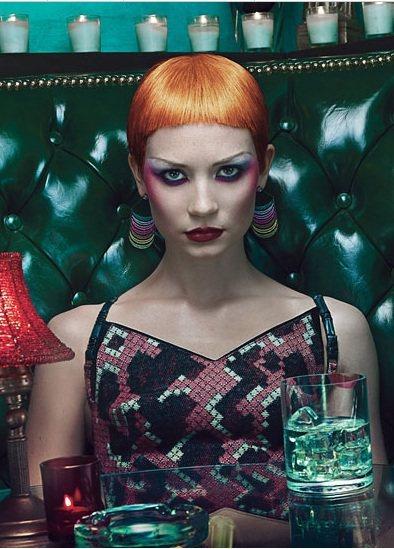 蜜雅娃絲柯思卡頭髮染成橘色,畫上炫彩妝容、戴上誇張的耳環展現高調的八○年代風情。...