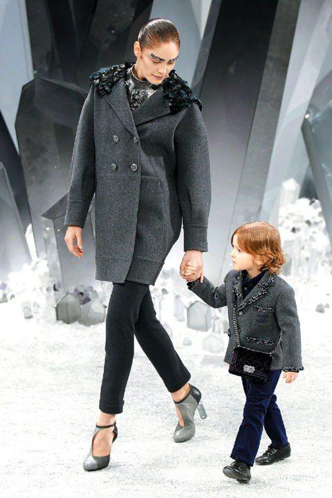 Hudson Kroenig第二次亮相,牽著女模的手在2012秋冬秀背著小包包,...
