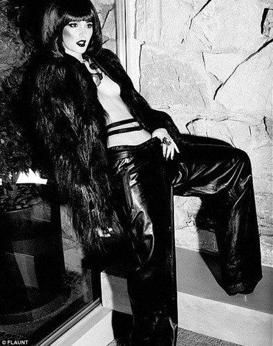 看萊頓明絲特圍繞在男模身邊,卻仍然展現了猶如模特兒般的風範和氣勢。圖/Flaun...