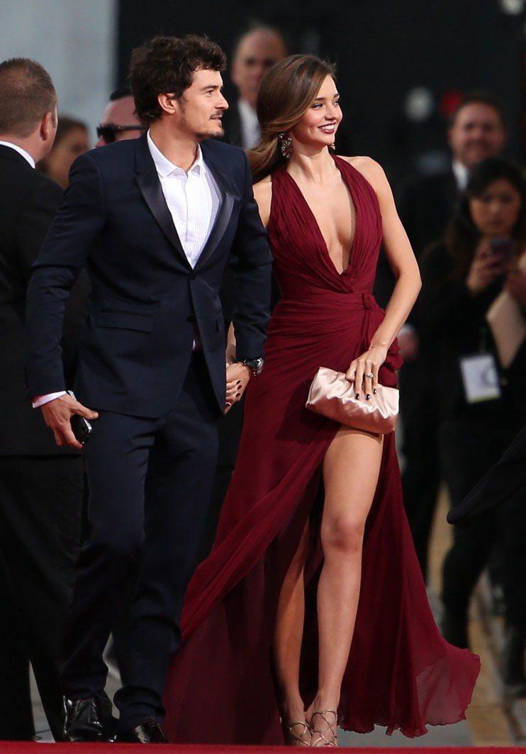 米蘭達柯爾與穿著全套BURBERRY的老公奧蘭多布魯一同出席金球獎。圖/擷取自j...