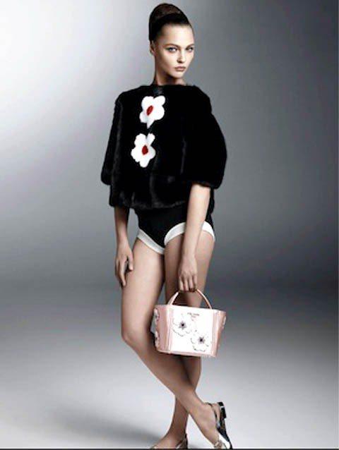 精靈系超模Sasha Pivovarova產後度登上PRADA春夏品牌形象廣告。...