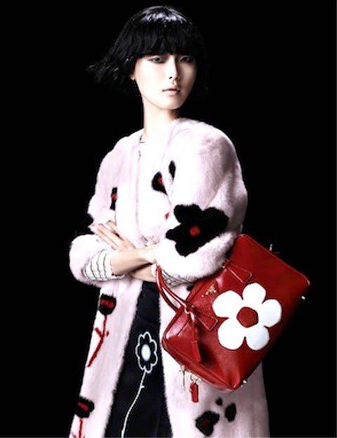 曾經登上姊妹品牌MIU MIU 2013度假系列廣告、來自南韓的Sung Hee...