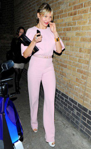 卡麥蓉狄亞茲穿上Emilia Wickstead褲裝,粉紅配色讓霸氣中帶點甜美女...