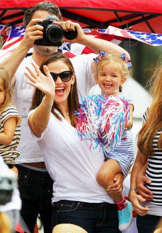 珍妮佛嘉納與老公班艾佛列克、小女兒Seraphina一同參加國慶活動。圖/達志影...