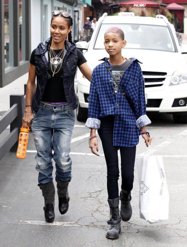 Willow與媽媽一同上街,母女都穿得很有個性,展現帥氣風格。圖/達志影像