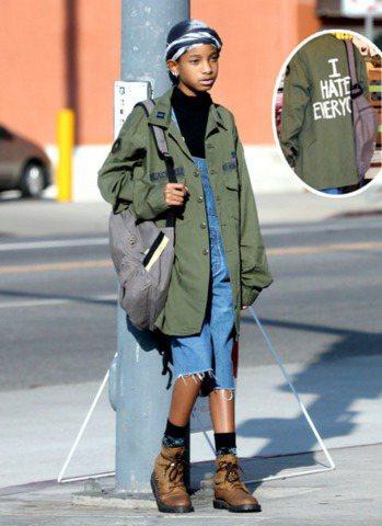 這一兩年來,Willow的造型偏向中性、男孩風,最愛穿軍裝外套、軍靴,或是鬆垮垮...