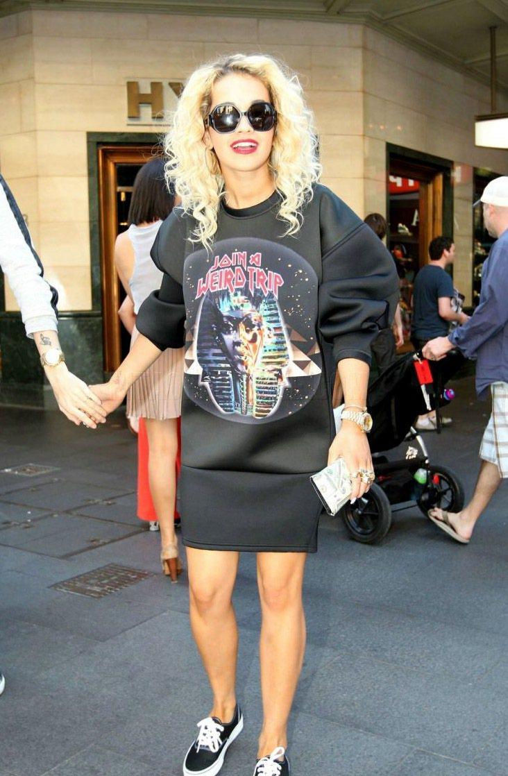 Rita Ora和蕾哈娜都有balenciaga 2012秋冬的運動風T恤。圖/...