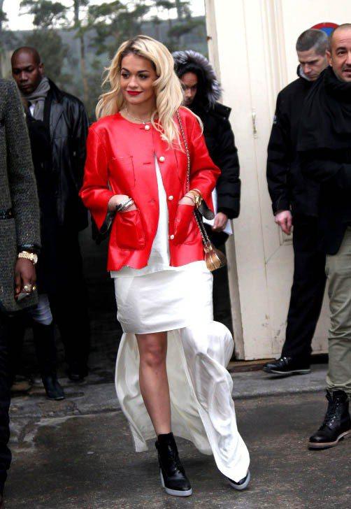 紅色皮衣搭長洋裝與球鞋,混搭的樂趣也是Rita Ora最大的穿衣享受。圖/達志影...