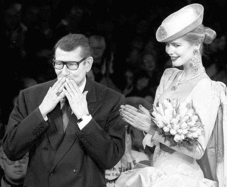 克勞蒂亞雪佛是九零年代超模代表之一,圖為她與設計師聖羅蘭在1997年春裝發表會時...
