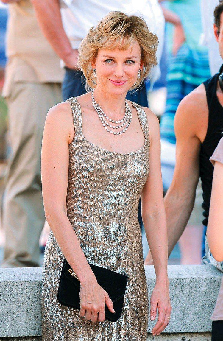 娜歐蜜華茲飾演黛妃,配戴全系列蕭邦珠寶、手表入戲。圖/達志影像