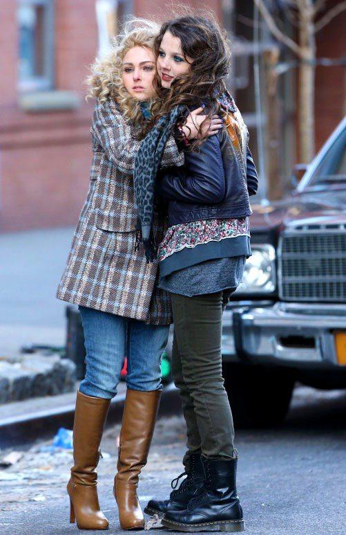 安娜蘇菲亞羅勃在片廠和扮演凱莉妹妹的Stefania Owen擁抱取暖。圖/達志...