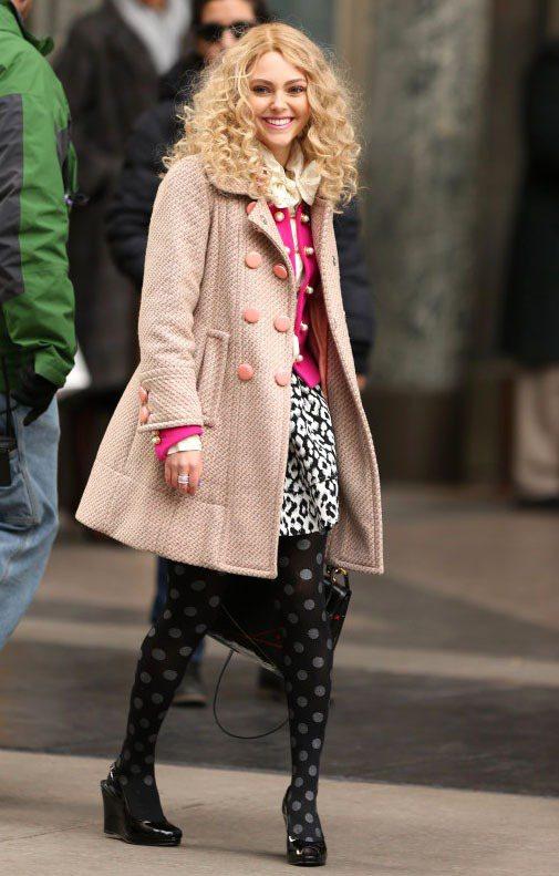穿著時髦的大衣、踩著名牌高跟鞋,安娜蘇菲亞羅勃飾演的年輕凱莉為許多女生圓了場奢華...