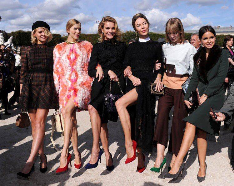 Natalia Vodianova(中)去年與超模友人們一起穿著自己設計的Cen...