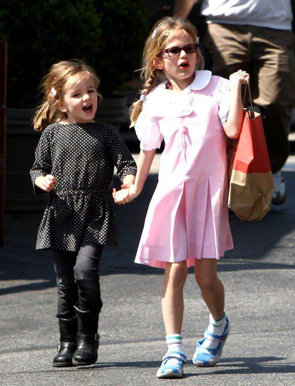 Seraphina(左)穿黑色圓點洋裝配窄管褲與雪靴,有型又時尚,右為姐姐Vio...