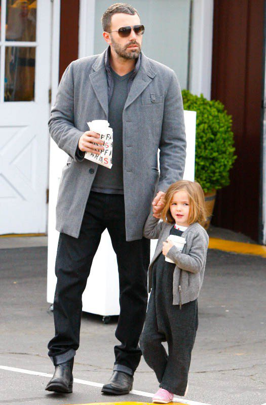 Seraphina和爸爸班艾佛列克穿著一身同色系的外套搭內裡,再加上放下的頭髮,...