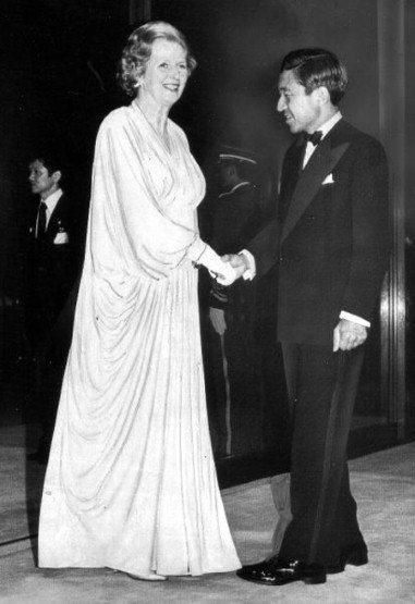 1979年與日本皇太子明仁會面時穿著的垂綴長袍,袖口的設計和滑順的布料、精緻的剪...