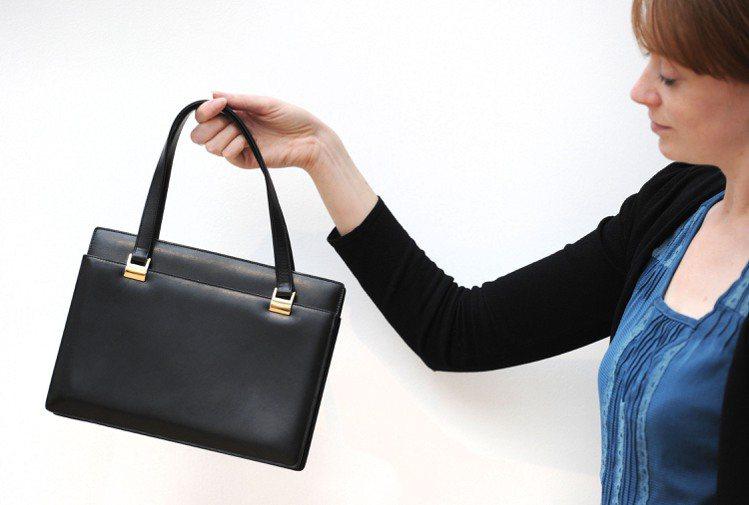 柴契爾夫人用了三十年的Asprey手提包,2011年以4萬美元拍出。圖/法新社
