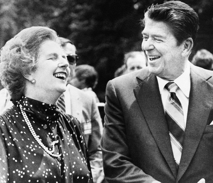 柴契爾夫人1981年與美國雷根總統在加拿大渥太華出席G7峰會一項早餐會,她也佩戴...