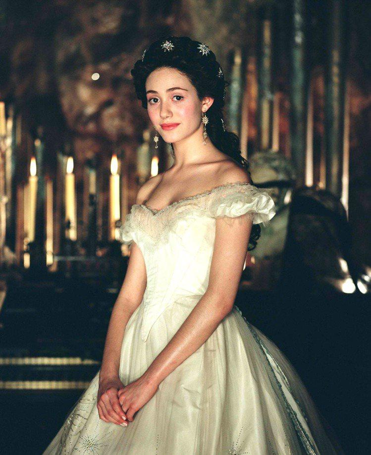 小就是合唱團的艾美羅森在2003年於電影《歌劇魅影》中飾演女主角,好演技與好嗓音...