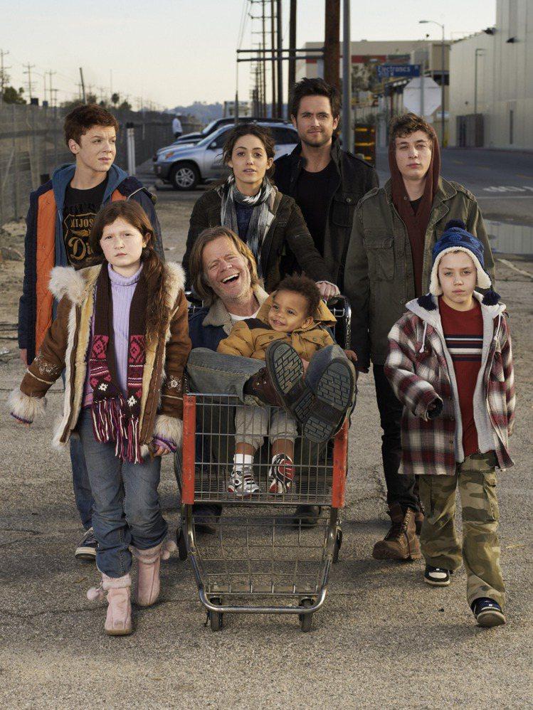 2011年開播的影集無恥家庭(Shameless)裡,艾美羅森(中)飾演一肩扛起...