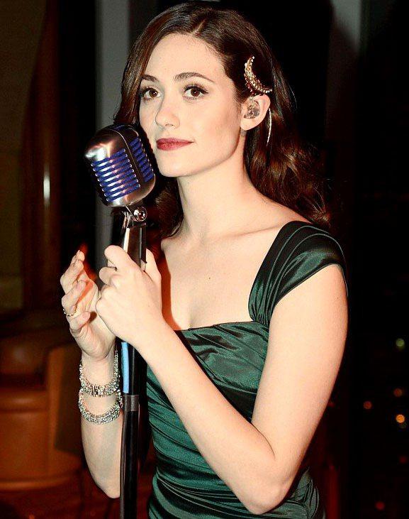 從小就是合唱團的艾美羅森在2003年於電影《安德魯洛伊韋伯之歌劇魅影》中飾演女主...
