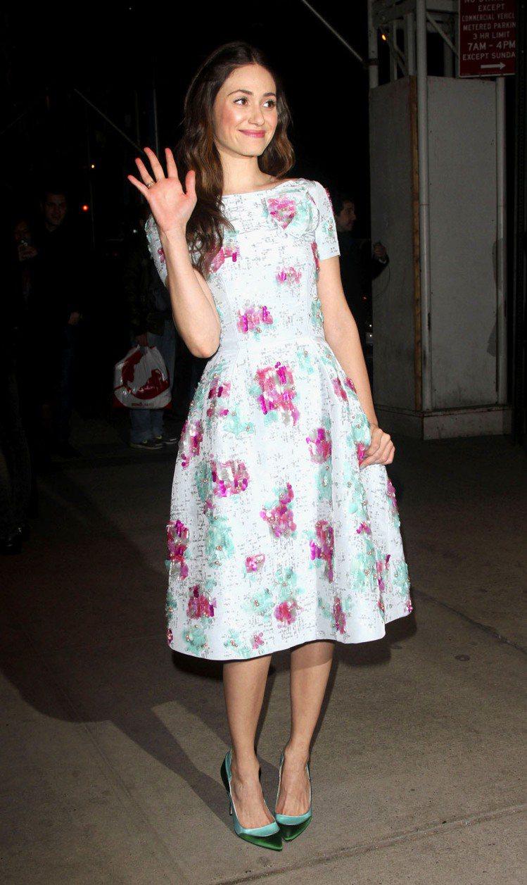 藍色系、線條簡約的五○年代篷裙印花洋裝是艾美羅森近期的心頭好。Oscar de ...