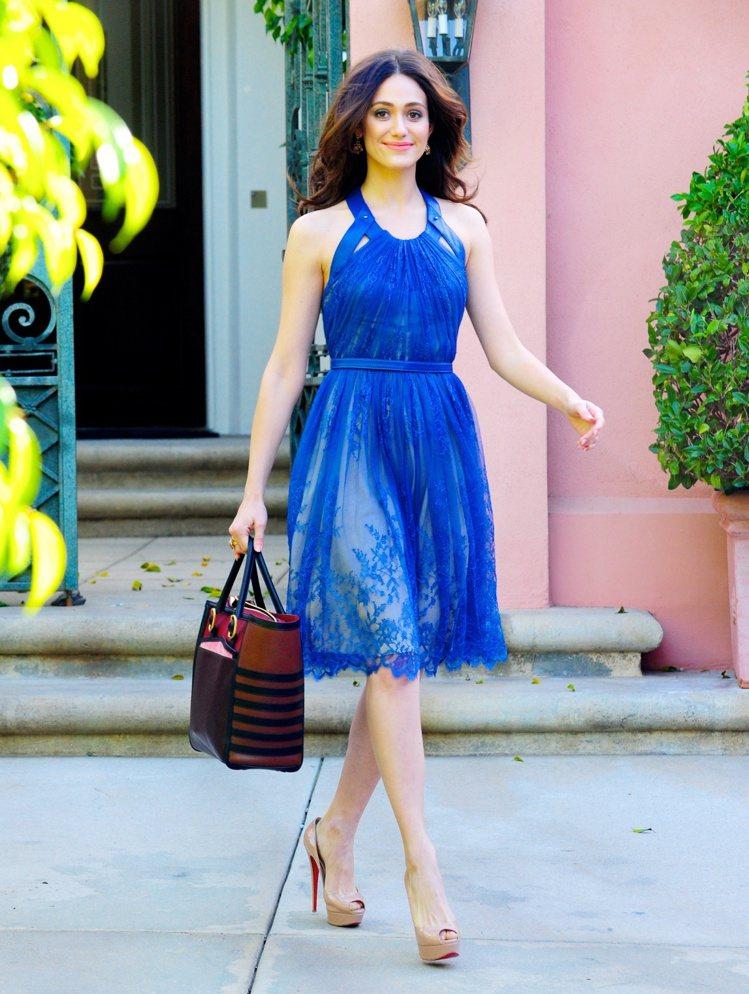 深藍色刺繡洋裝優雅飄逸。圖/達志影像