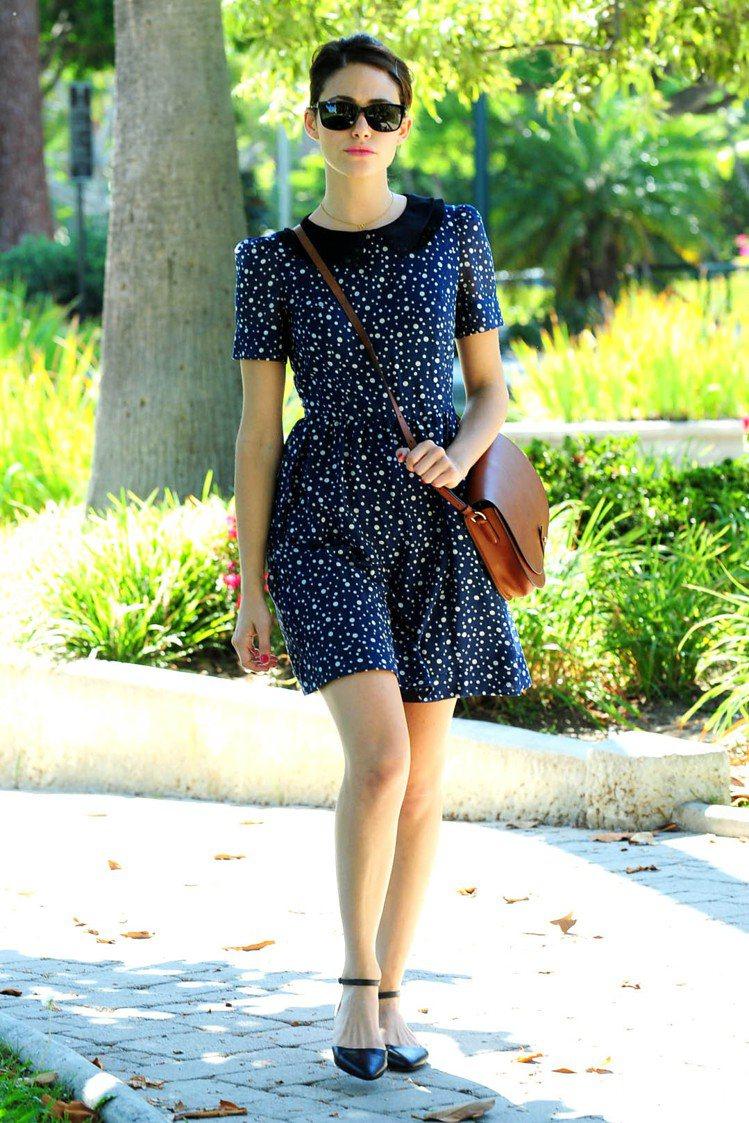 藍色系、線條簡約的印花洋裝是艾美羅森近期的心頭好。圖/達志影像