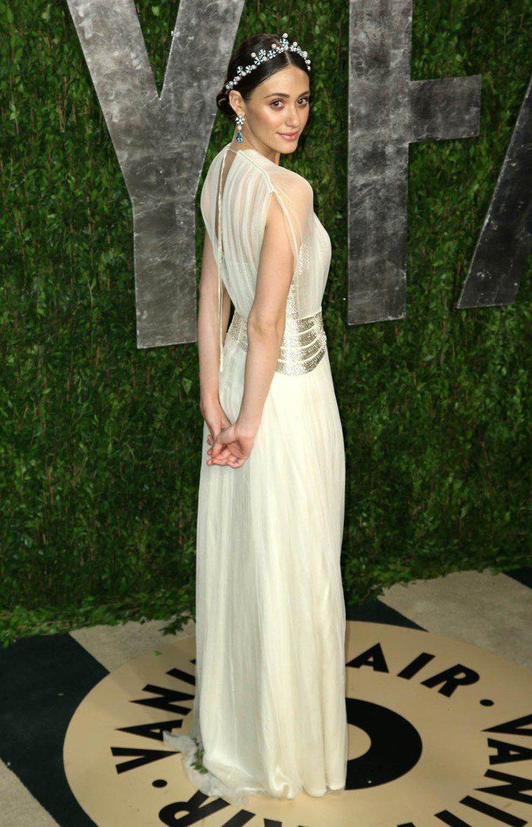 艾美羅森的禮服穿衣哲學透著「衣不驚人死不休」的風格。圖為她參加2013奧斯卡會後...