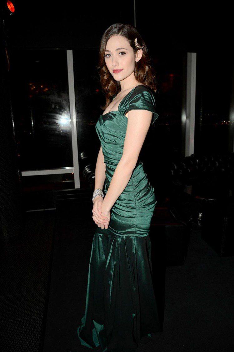 艾美羅森穿著四○年代緞面魚尾禮服。圖/達志影像