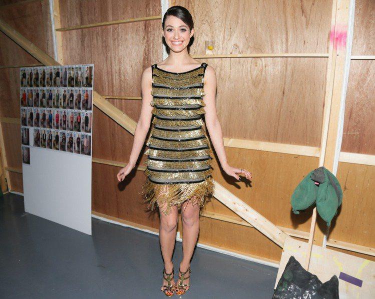 二○年代風格服裝是艾美羅森晚宴服首選,金銀色系的奢華流蘇搭配她的波浪捲髮,給她個...