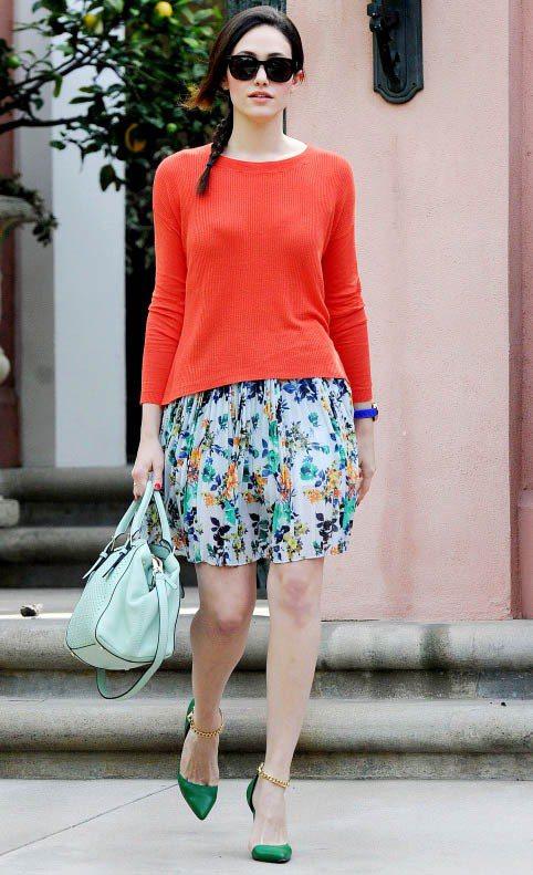 較冷的天氣,艾美羅森喜歡穿薄針織衫搭碎花短裙。圖/達志影像