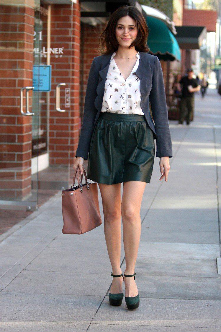 艾美羅森穿荷葉邊外套搭皮革短裙,有跟的鞋子是必備物品。圖/達志影像