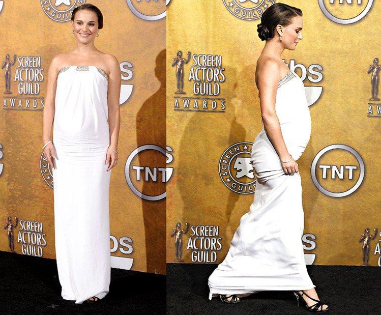 娜塔莉波曼在2011美國演員工會獎紅毯上以一身白色Azzaro禮服化身當晚最亮眼...