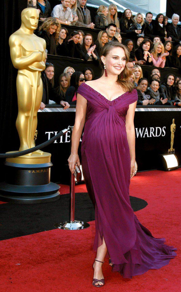 孕味十足的娜塔莉波曼以貴氣紫色亮相,設計出於「黑天鵝」戲服設計師Rodarte。...