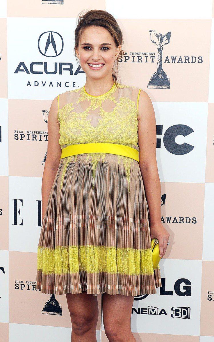 身穿黃色GIVENCHY洋裝的娜塔莉波曼在2011獨立精神獎中展現可愛俏麗的孕婦...