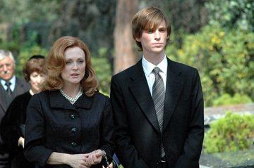 Eddie Redmayne在電影「浮華陷阱」中飾演茱莉安摩爾(左)的兒子。圖/...