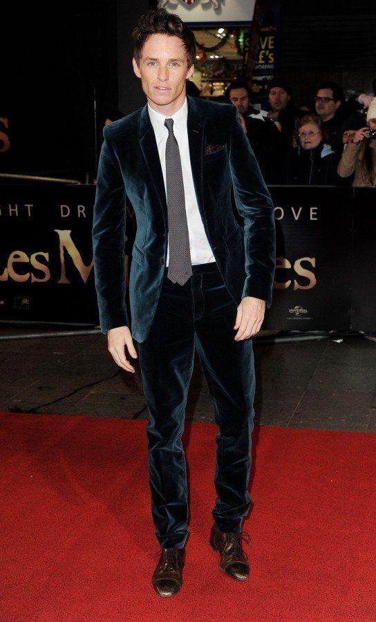 絨布西裝也是Eddie Redmayne常選擇的款式,透著光澤的墨綠色高調華麗。...