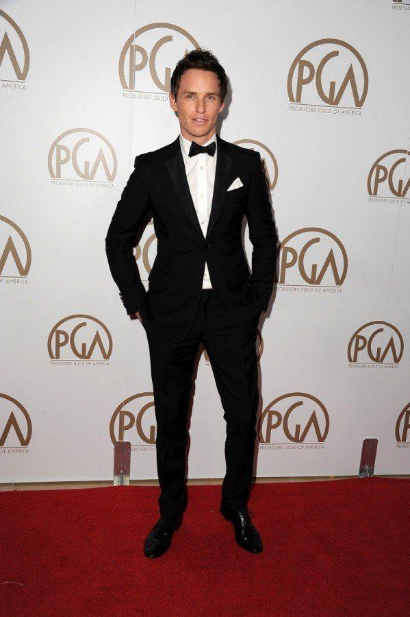Eddie Redmayne出席美國製片公會獎,將常見的領帶替換成黑色小領結,瞬...