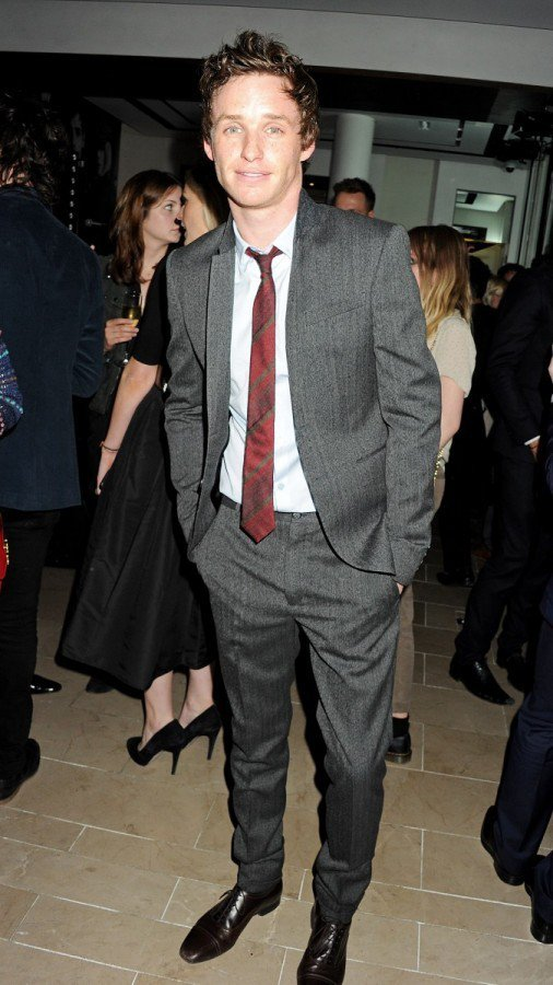 Eddie Redmayne也經常嘗試不同款式和顏色的領帶。圖/BURBERRY...