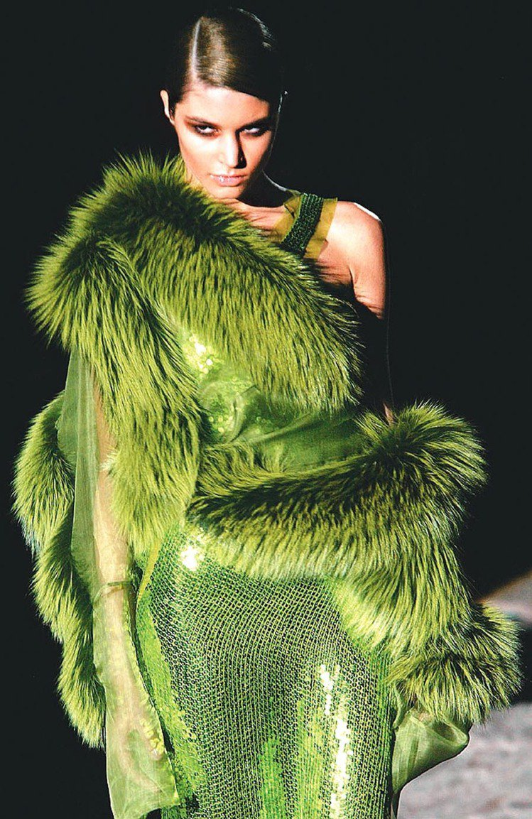 Tom Ford的GUCCI告別秀,展示不對稱毛皮裝束,風格華貴又保暖。圖/路透