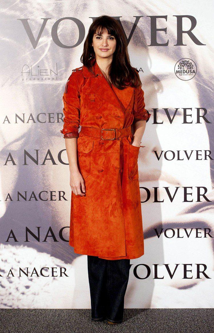 潘妮洛普克魯茲以紅色衣裝展現懷孕七個月的「孕」味。圖/法新社