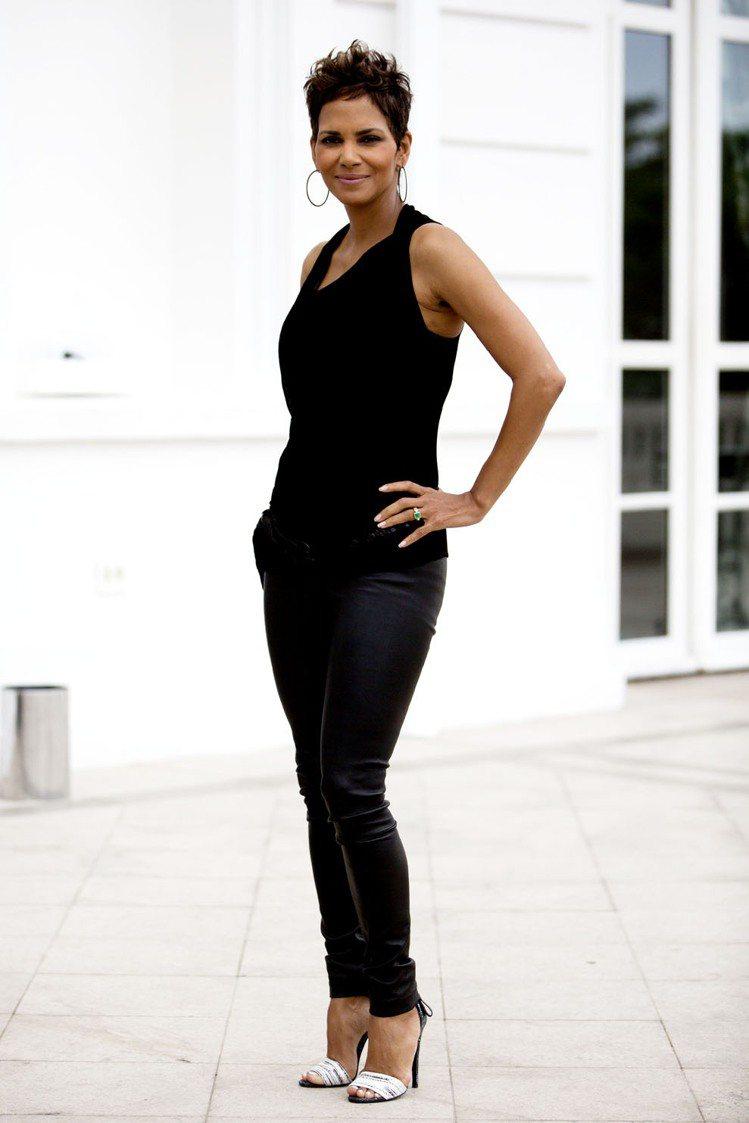 荷莉貝瑞以46歲高齡再懷第2胎,在好萊塢引起話題。原本就常上時尚名人榜的她,日前...