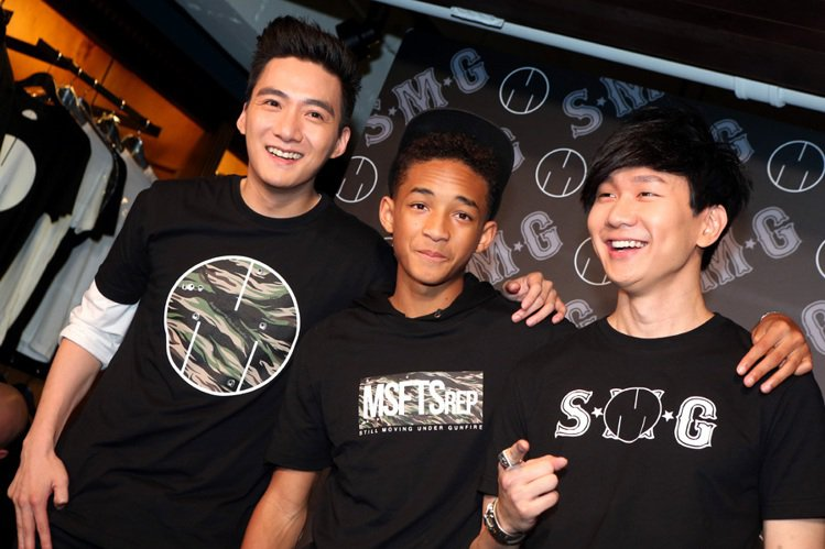 JJ林俊傑(右)與張卓楠(左)旗下潮牌SMG與傑登史密斯(中)的潮牌合作,一同出...