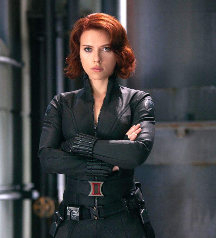 史嘉莉喬韓森在《復仇者聯盟》中扮演黑寡婦一角,性感的黑色緊身衣搭配一頭火辣紅髮,...