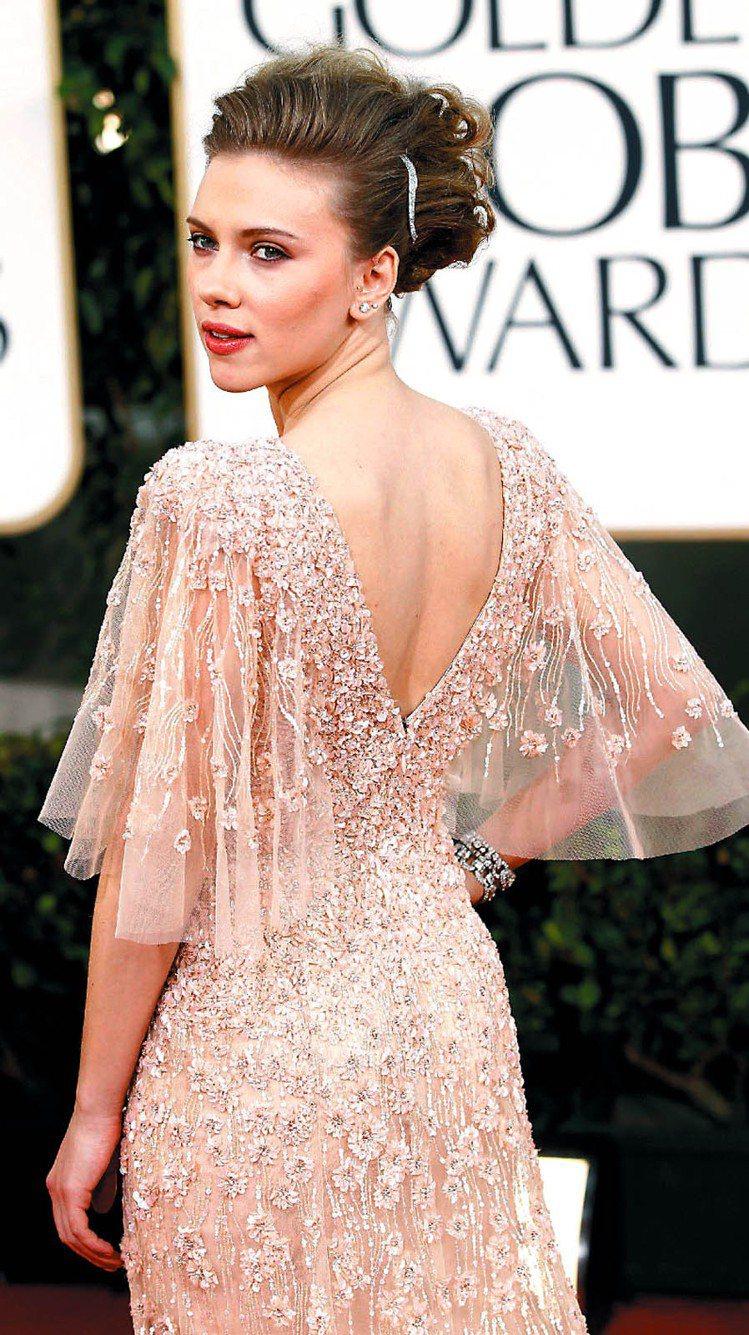 史嘉莉喬韓森穿Elie Saab蜜桃色禮服。圖/美聯社