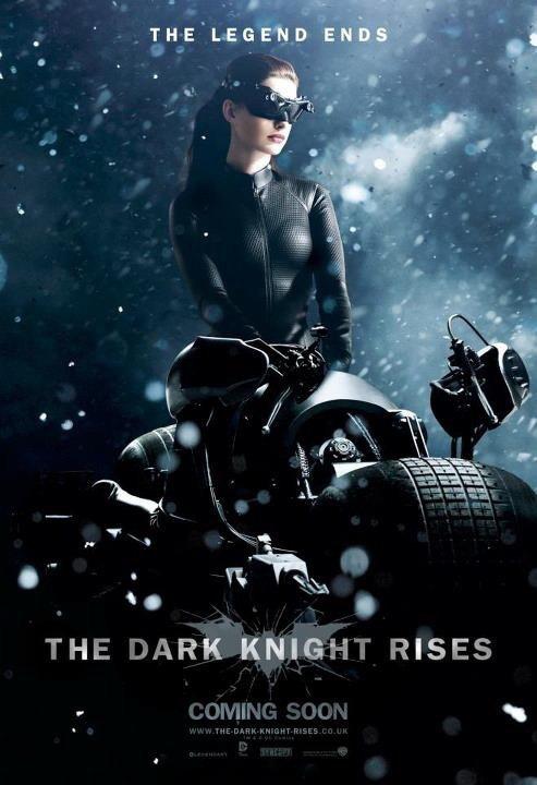新一代「貓女」安海瑟薇在《黑暗騎士:黎明昇起》的宣傳照。圖/華納兄弟提供