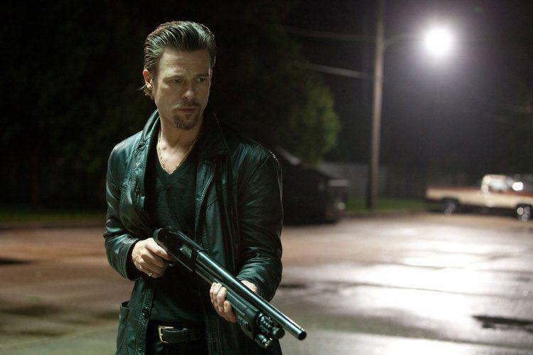 布萊德彼特在2012上映的電影《殺戮行動》中也是穿著皮衣、梳起西裝頭來個混搭風。...