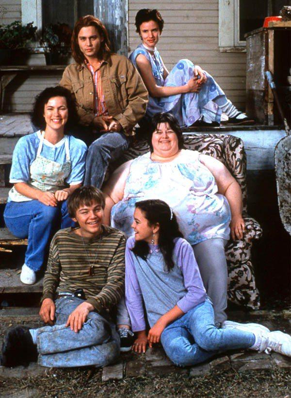 19歲的李奧納多(前排左一)在電影《戀戀情深》中演出強尼戴普的智障弟弟,這個角色...
