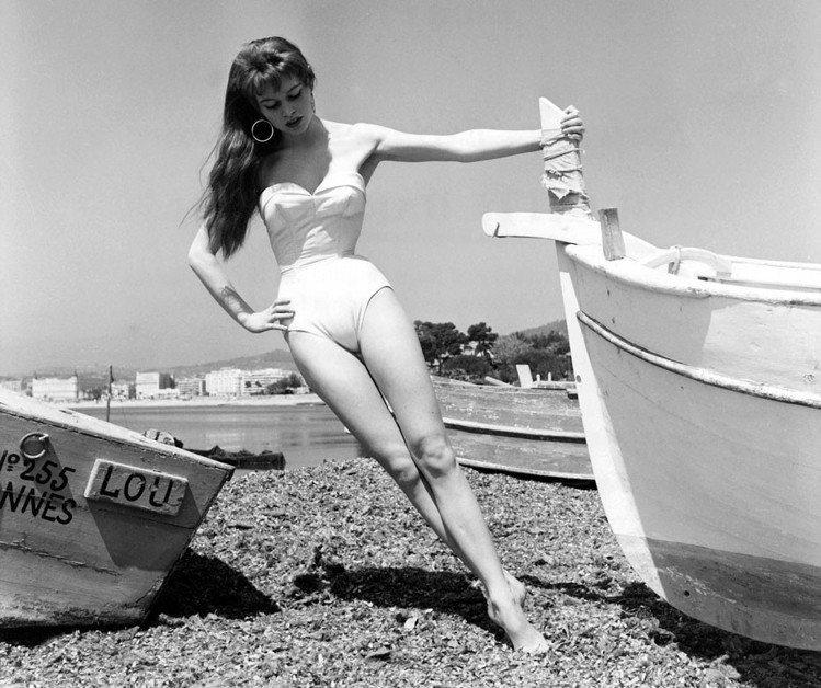 掀起情色新浪潮的性感野貓碧姬芭杜,1953正值19歲的她,在坎城的海灘初露頭角,...